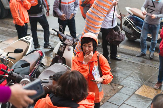 Tong giam doc Vietnamobile chay xe may di ban SIM 1