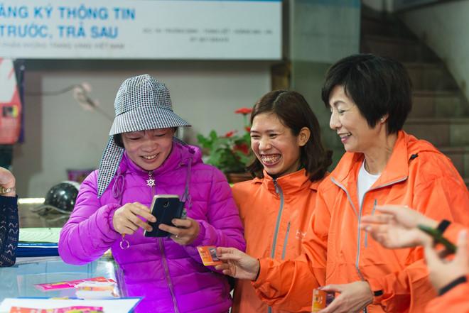 Tong giam doc Vietnamobile chay xe may di ban SIM 2